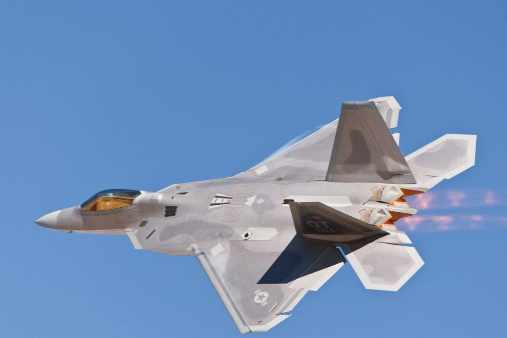 F-22 - Girando