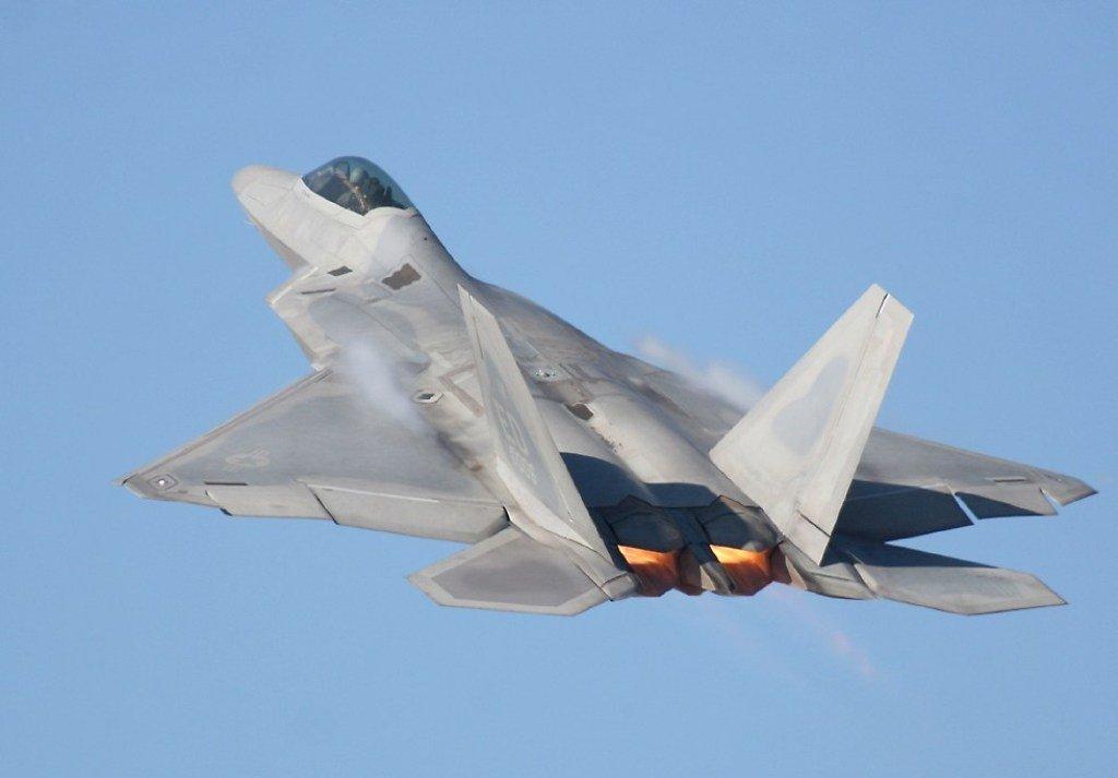 F-22 - Volando