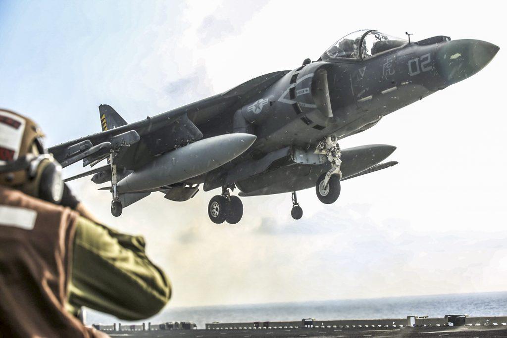 Harrier despegando desde un porta-aviones